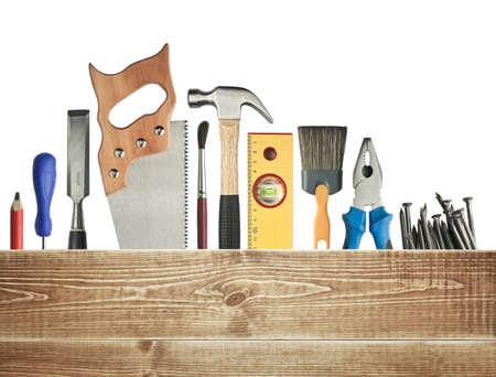 the hammer: Carpinter�a de fondo. Herramientas debajo de la tabla de madera. Foto de archivo
