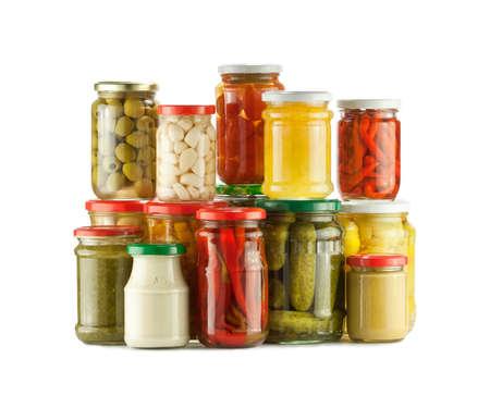 PICKLES: Pila de conservas vegetales, encurtidos en el fondo blanco