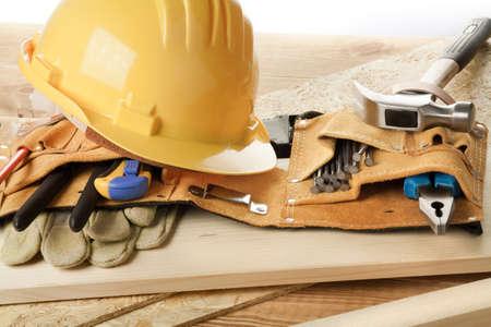 renovation de maison: Casque jaune et ceinture porte-outils.