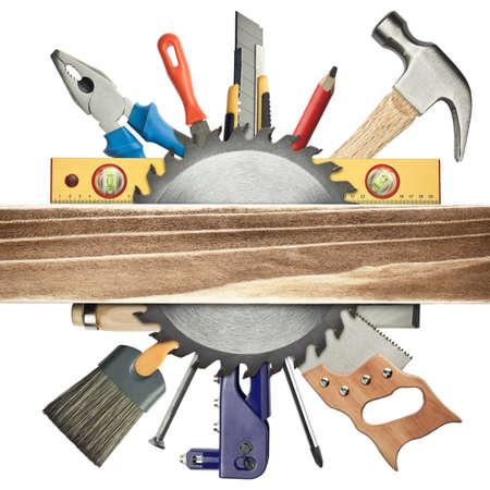 carpintero: Carpinter�a de fondo. Herramientas debajo de la tabla de madera. Foto de archivo