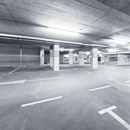 Lege ondergrondse parkeergarage gebied Stockfoto