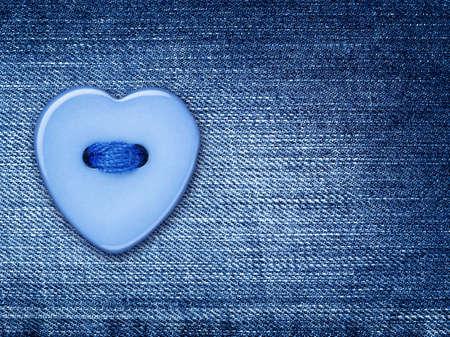 plastic heart: Blu forma del pulsante cuore, cucito su un telo denim jeans,