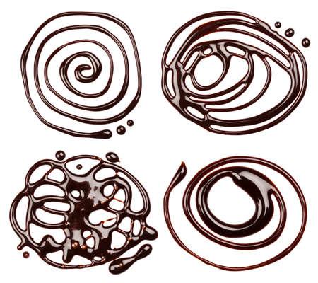 drippings: Gotas de jarabe de chocolate, aisladas sobre fondo blanco