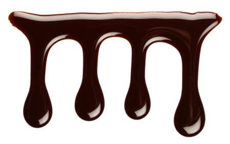 chocolate syrup: Chocolate por goteo jarabe, aisladas sobre fondo blanco