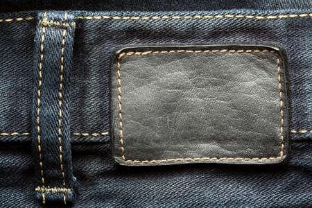 etiquetas de ropa: Pantalones vaqueros de cuero etiqueta cosida en los pantalones vaqueros Foto de archivo