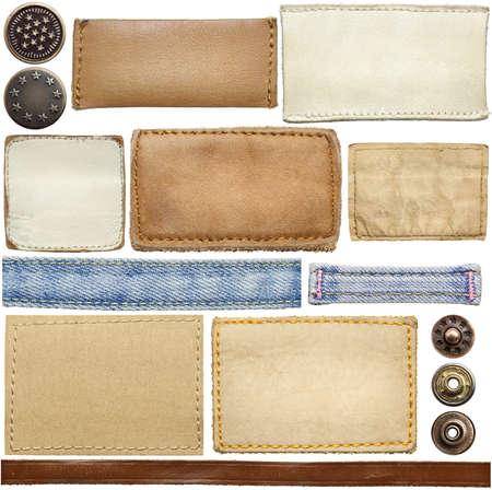 etiquetas de ropa: Pantalones vaqueros en blanco etiquetas de cuero, botones, cintas aisladas sobre fondo blanco