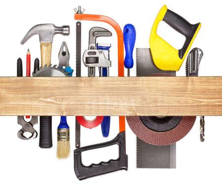 Carpintería, herramientas de construcción de hardware debajo de la tabla de madera Foto de archivo