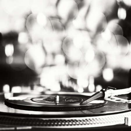 musica electronica: El disco de vinilo girando sobre tocadiscos Foto de archivo