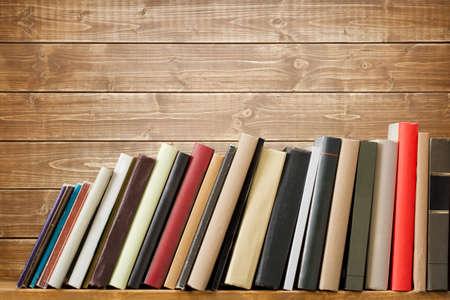 apilar: Libros viejos en un estante de madera. No hay etiquetas en blanco, la columna vertebral. Foto de archivo
