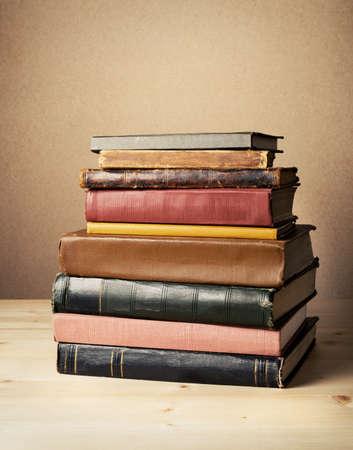 テーブルの上の本。ラベルなし、空白の背骨。