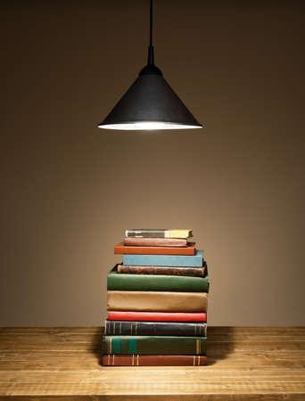 učebnice: Knihy na stole. Žádné štítky, prázdný páteře.