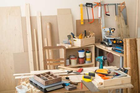 Timmerwerkplaats met gereedschappen en benodigdheden Stockfoto - 22101355