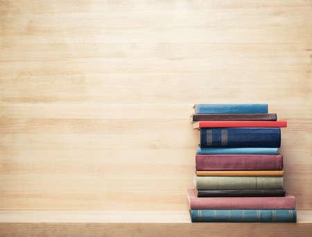 나무 선반에 오래 된 책들입니다.