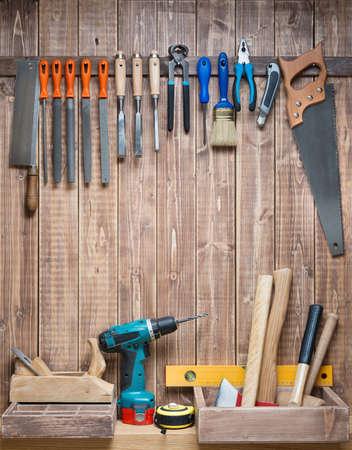 Timmerwerkhulpmiddelen opknoping op de muur. Stockfoto