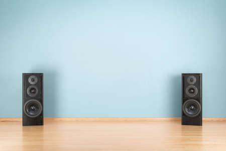 Zwarte luidsprekers op de vloer