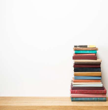 apilar: Libros viejos en el estante.