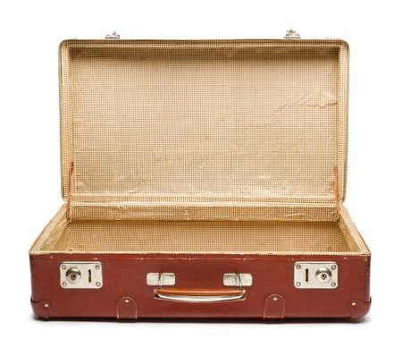 Leeg uitstekend open koffer op een witte achtergrond