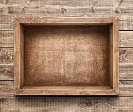 madera rústica: Caja de madera vacía en la mesa Foto de archivo
