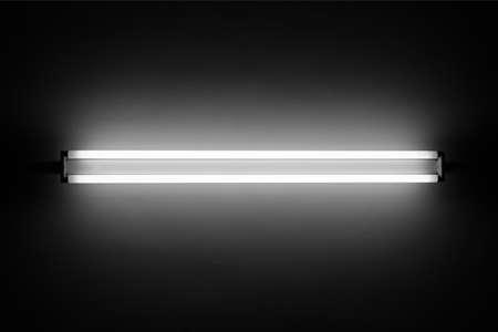 tubos fluorescentes: Tubo de luz fluorescente en la pared