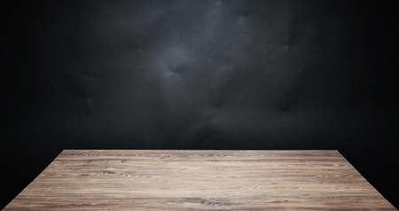 Houten tafelblad tegen een donkere achtergrond