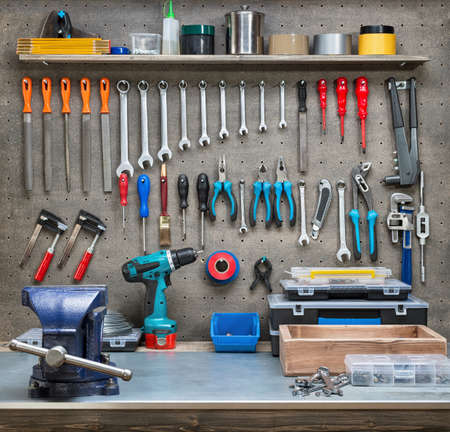 construction tools: Escena del taller. Herramientas en la mesa y tablero.
