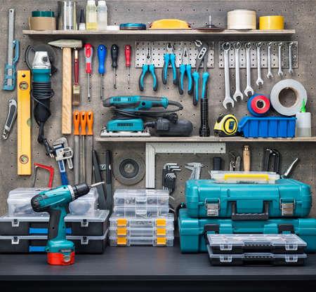 elektrizit u00e4t: Werkstatt-Szene. Werkzeuge auf dem Tisch und Verpflegung.