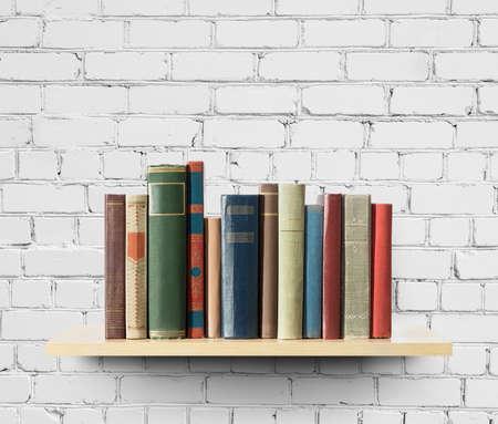 棚の上の古い本