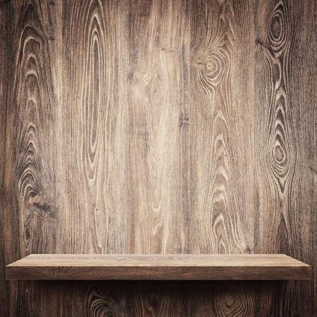 wooden desk: Lege plank op houten muur