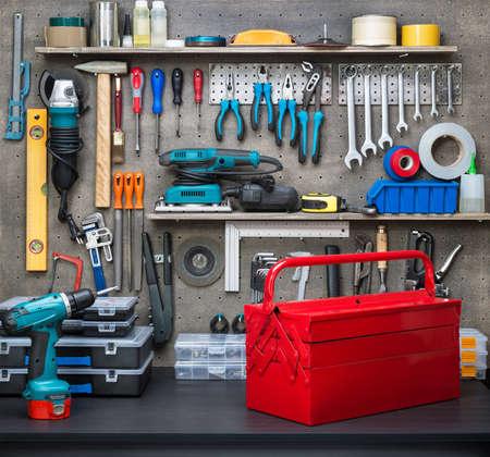 herramientas de carpinteria: Escena del taller. Herramientas en la mesa y tablero.