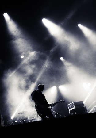 ロック コンサートのステージ。エレク トリック ギターで遊んでのギタリスト。