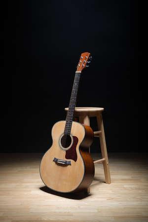 krajina: Akustická kytara na podlaze. Reklamní fotografie