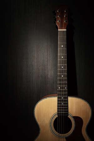 Guitare acoustique dans l'obscurité Banque d'images - 34178809