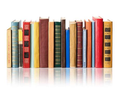Bücher auf weißem Hintergrund mit Reflexion