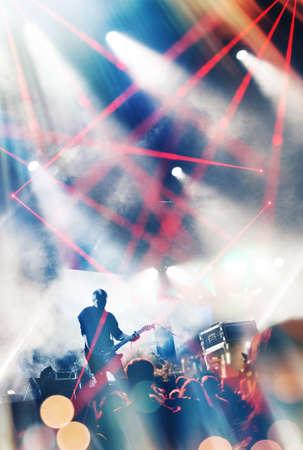 concierto de rock: Roca escenario del concierto. Guitarrista que juega en la guitarra eléctrica.