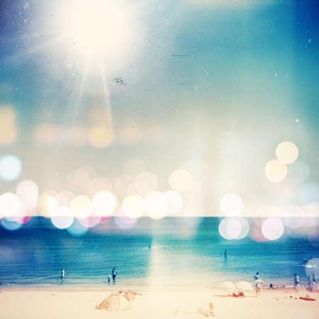 Retro medium fotografie formátu. Slunečný den na pláži. Obilí, rozostření přidán jako vintage efekt. Reklamní fotografie