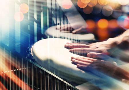 tambor: Calle música de fondo. Manos a la percusión, los detalles y las luces urbanas abstractas Foto de archivo
