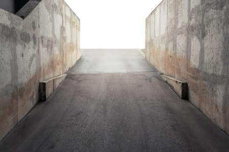 Hormigón: muros de hormigón que rodean la entrada del garaje Foto de archivo