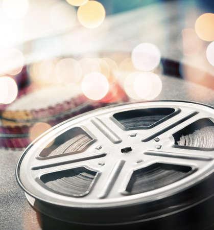 rollo pelicula: Imagen en movimiento rollo de película sobre la mesa