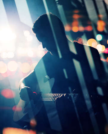 gitara: Gitarzysta gra na gitarze akustycznej. Unplugged wydajność w ciemności. Używane podwójne techniką ekspozycji.