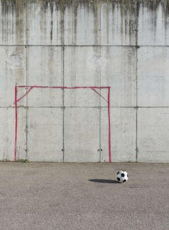 terrain foot: Soccer ball dans la ville Banque d'images