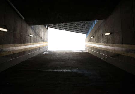 tunel: Garage entrance, concrete walls surrounding