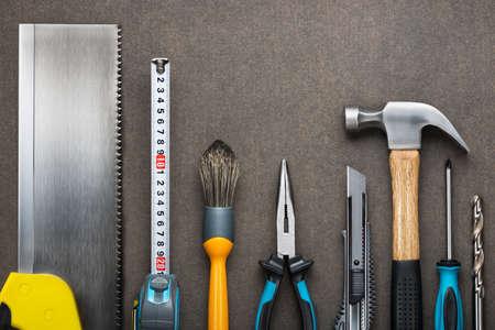 herrajes: Varios carpintería, herramientas de construcción en el tablero.
