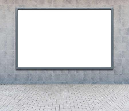 通りの壁に空白の広告看板。