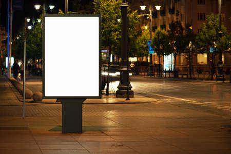 exteriores: Cartelera publicitaria en blanco en la ciudad por la noche.