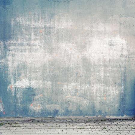 Fondo urbano. Grunge pared de la calle obsoleta y pavimento.