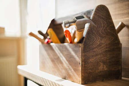 Houten gereedschapskist op de tafel Stockfoto