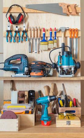 estanterias: Tablero herramienta taller con varias herramientas de mano para la reparación y la carpintería.