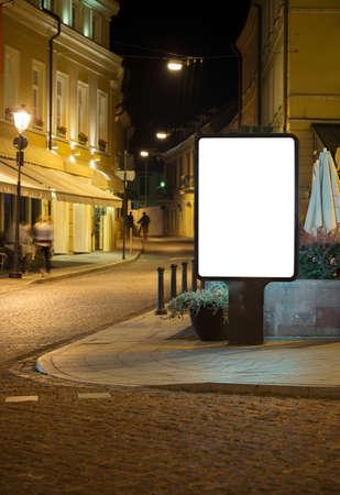 factura: Cartelera publicitaria en blanco en el casco antiguo de la noche. Foto de archivo