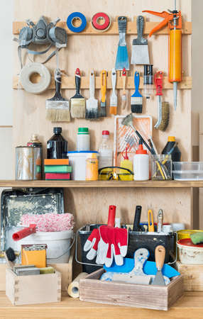 pegamento: Tablero herramienta taller con varias herramientas de mano para la pintura y artesanía.