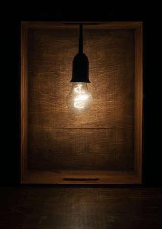 Gloeilamp in houten doos